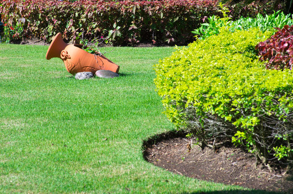 Foto eines gepflegten Gartens Rollrasen verlegen